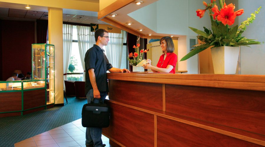 Train your front desk team on the 5 pillars of hospitality excellence
